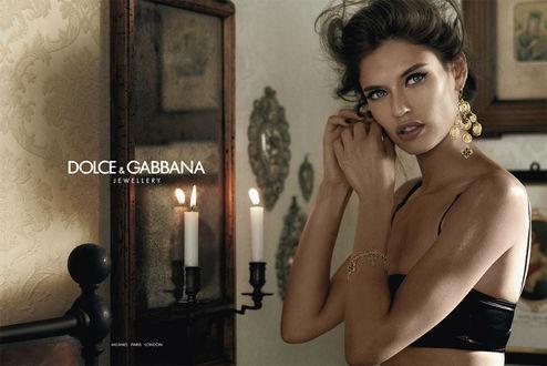 Обои Модель Bianca Balti / Бьянка Балти надевает серьги, стоя перед зеркалом в комнате, убранной в винтажном стиле, фото для Dolce and Gabbana / Дольче и Габбана в рекламе ювелирных украшений