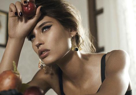 Обои Модель Bianca Balti / Бьянка Балти в красивых сережках сидит, задумавшись, подперев голову рукой и держа сливу, фото для Dolce and Gabbana / Дольче и Габбана в рекламе ювелирных украшений