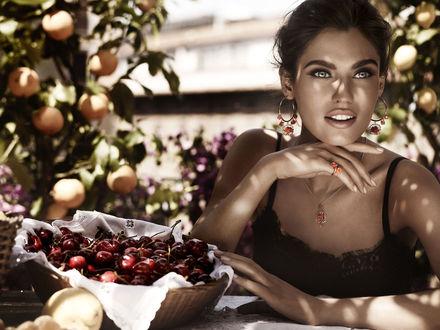 Обои Сероглазая модель Bianca Balti / Бьянка Балти в сидит в саду за столом, рядом корзинка с черешней, фото для Dolce and Gabbana / Дольче и Габбана в рекламе ювелирных украшений