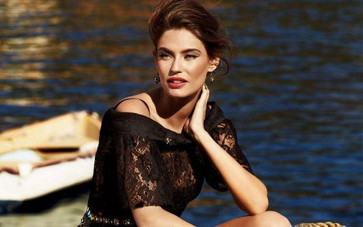 Обои Модель Bianca Balti / Бьянка Балти в черном кружевном платье сидит у воды