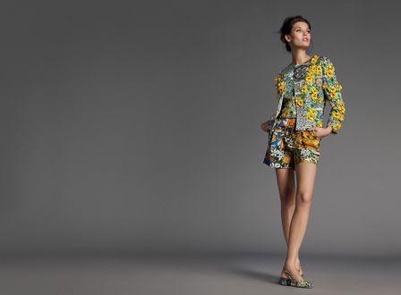 Обои Модель Bianca Balti / Бьянка Балти в ярком наряде и туфлях позирует на сером фоне, фото для Dolce and Gabbana / Дольче и Габбана