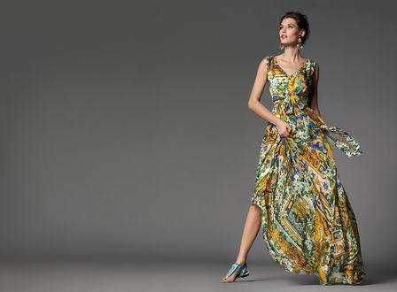 Обои Модель Bianca Balti / Бьянка Балти в ярком платье и босоножках позирует на сером фоне, фото для Dolce and Gabbana / Дольче и Габбана