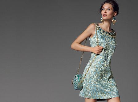 Обои Модель Bianca Balti / Бьянка Балти в нарядном платье, серьгах и с маленькой сумочкой на плече, позирует на сером фоне, фото для Dolce and Gabbana / Дольче и Габбана