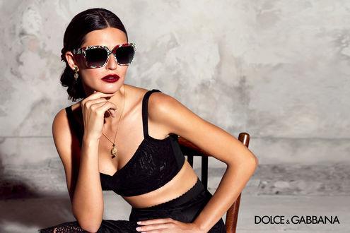 Обои Модель Bianca Balti / Бьянка Балти для Dolce and Gabbana / Дольче и Габбана позирует в рекламе очков, сидя на стуле на сером фоне