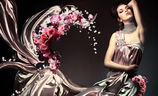 Обои Девушка в серебристом платье закинула руку за голову и смотрит на нас, низ платья переходит в цветы