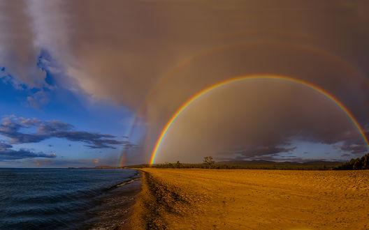 Обои Двойная радуга над широким песчаным берегом у кромки синего моря, на фоне облачного неба, фотограф Альберт Беляев