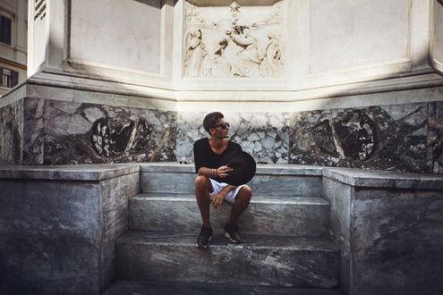 Обои Немецкий фотограф, модель и художник Toni Mahfud / Тони Махфуд сидит на ступеньках