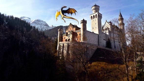 Обои Schloss Neuschwanstein / Замок Нойшванштайн, Бавария, с кружащим над ним драконом
