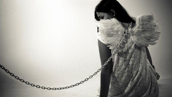 Обои Девушка с крыльями ангела в белом платье сидит к нам спиной, ее удерживает цепь