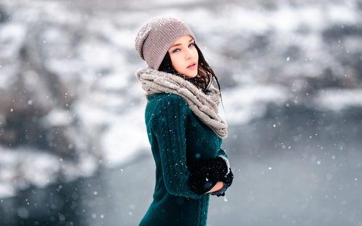 Обои Модель Angelina Petrova / Ангелина Петрова в теплой одежде и шапочке позирует на фоне летящих снежинок