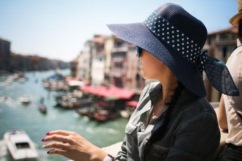 Обои Девушка в шляпке на фоне водного канала