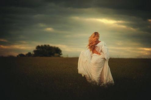 Обои Девушка в белом платье идет по полю