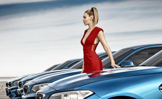Обои Модель Gigi Hadid / Джиджи Хадид в красном платье в рекламе автомобилей BMW / БМВ