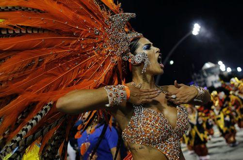 Обои Девушка в карнавальном костюме на карнавале в Rio de Janeiro / Рио-де-Жанейро, Brazil / Бразилия