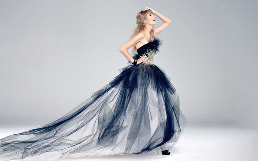 Обои Певица Taylor Swift / Тейлор Свифт в бальном платье с пышной юбкой на сером фоне