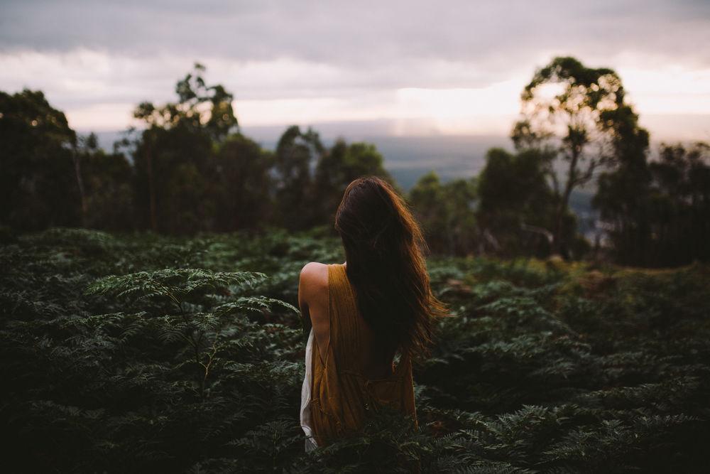 Картинки девушки в лесу лето со спины