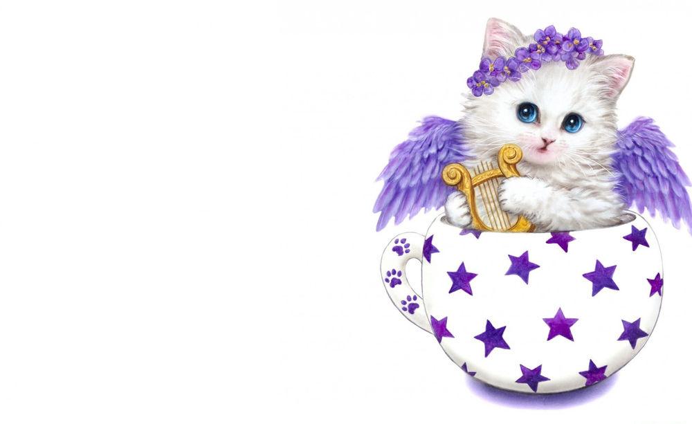 Обои для рабочего стола Белый котенок с голубыми глазами с сиреневыми крыльями, с веночком из сиреневых цветов на голове держит в лапах лиру, сидя в чашке с нарисованными сиреневыми звездами