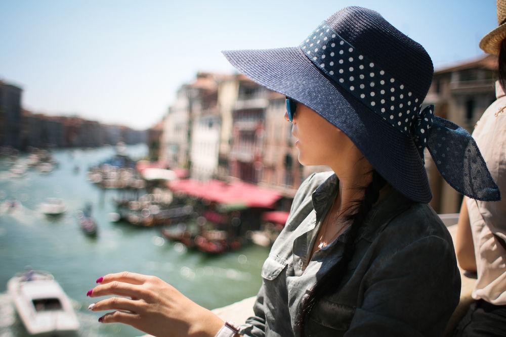Обои для рабочего стола Девушка в шляпке на фоне водного канала