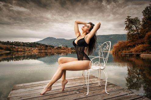 Обои Девушка в нижнем белье сидит на винтажном стуле на деревянном мостике на фоне красивого пейзажа, закинув руки за голову, The beautiful part of my life / Прекрасная часть моей жизни
