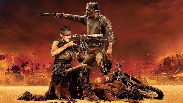Обои Главные герои фильма Безумный Макс: Дорога ярости / Mad Max: Fury Road - Макс (Том Харди / Tom Hardy) и Фуриоса (Шарлиз Терон / Charlize Theron ведут неравный бой