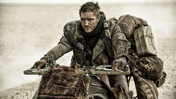 Обои Главный герой фильма Безумный Макс: Дорога ярости / Mad Max: Fury Road - Макс (Том Харди / Tom Hardy) мчится на мотоцикле