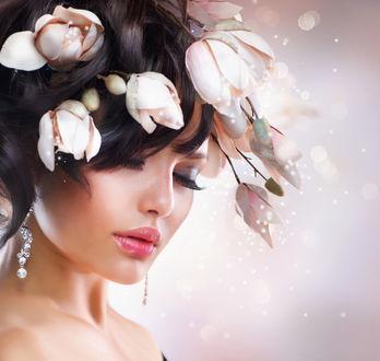 Обои Девушка в бижутерии и с цветами магнолии в темных волосах
