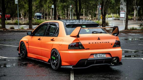Обои Оранжевый Mitsubishi на парковке