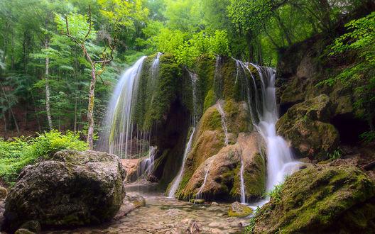 Обои Небольшой водопад среди леса и больших валунов, покрытых мхом Водопад Серебряные струи, фотограф Сергей Брагин
