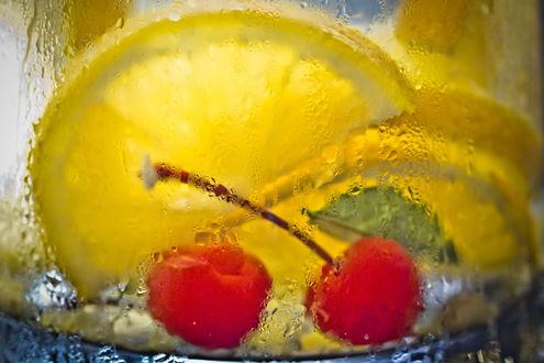 Обои Фруктовый напиток в запотевшем стакане