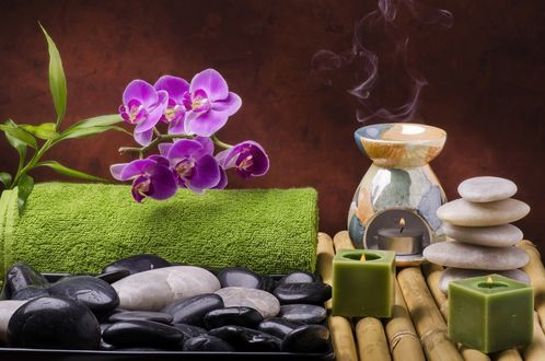 Обои Spa-набор: зажженные свечи, орхидея, камешки, махровое полотенце и аромалампа