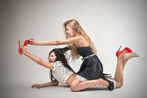 Обои Блондинка и брюнетка дерутся из-за красных туфель