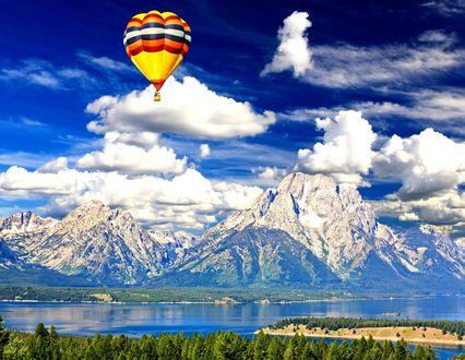 Обои Яркий воздушный шар в синем небе с белоснежными облаками над горами и рекой, Grand Teton National Park, Wyoming / Гранд-Титон, национальный заповедник, Вайоминг