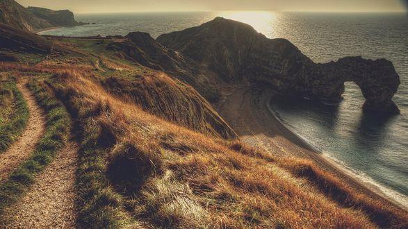 Обои Морской пейзаж, тропинка ведет по склону холма, солнце садится за горизонт