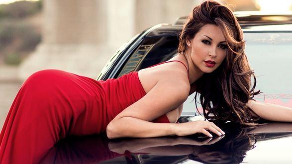 Обои Модель Melyssa Grace / Мелисса Грейс в красном платье легла на капот автомобиля