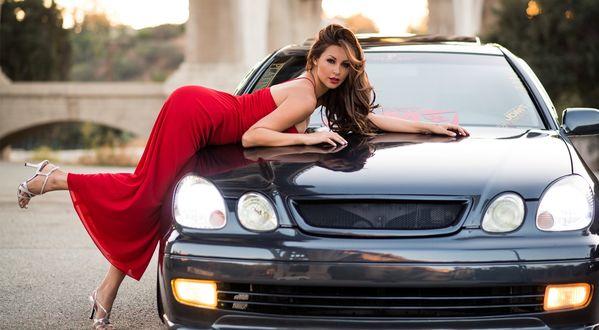 Обои Модель Melyssa Grace / Мелисса Грейс в красном платье легла на автомобиль, подняв ножку