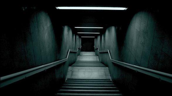 Обои Мрачная лестница ведущая в подземелье, дорога во тьму