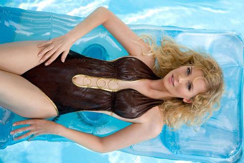 Обои Ева Хаберманн / Eva Habermann, немецкая актриса, всемирно известная по роли Зев Беллрингер / Zev Bellringer, персонажа телесериала Лексс / Lexx, в изящном купальнике плавает на водяном матрасе