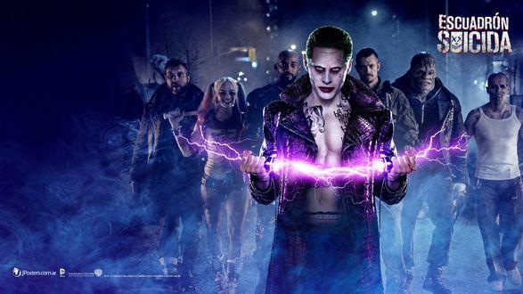 Обои Персонажи американского фильма Отряд Самоубийц / Suicide Squad, на переднем плане Джокер / Joker с молнией в руках
