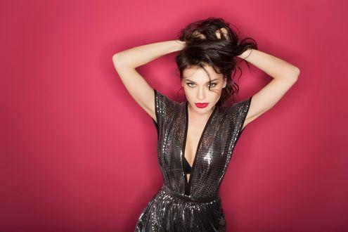 Обои Российская певица Елена Темникова на розовом фоне