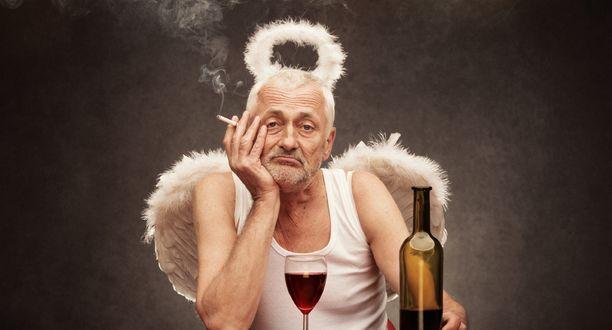 Обои Старик в образе бога, в майке, с крыльями за спиной и нимбом над головой, задумчиво сидит за столом, распивая вино и куря сигарету