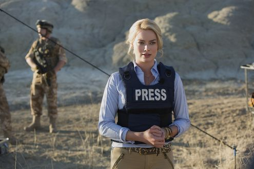 Обои Австралийская актриса Марго Элис Робби / Margot Elise Robbie / в бронежилете с надписью PRESS (ПРЕССА)