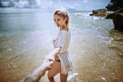 Обои Парень держит девушку за руку на фоне моря, фотограф Martin Strauss