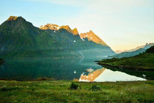 Обои Vesterålen Lofoten in Norway / Лофотенские острова, Норвегия, водоем, катер, горы вершины которых подсвечены солнцем
