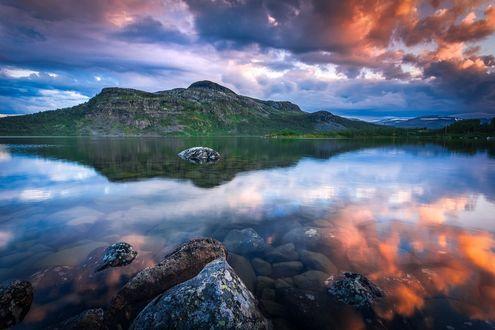 Обои Горы под облачным небом и их отражение в воде, фотограф Lauri Lohi