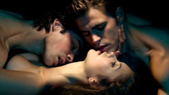 Обои Стефан и Деймон целуют Елену, кинофильм Дневники вампира / The Vampire Diaries