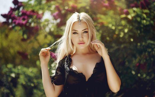 Обои Девушка блондинка в черном платье, на размытом фоне цветущих деревьев