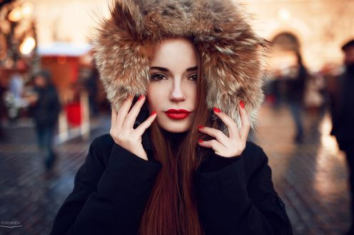 Обои Девушка в меховой шапке, с ярким маникюром, by GOROKHOV
