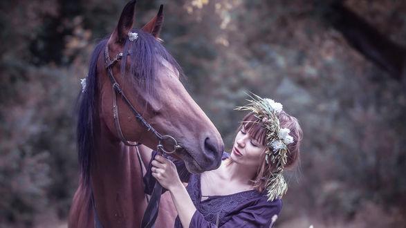 Обои Девушка в венке из цветов, держит за узды гнедую лошадь