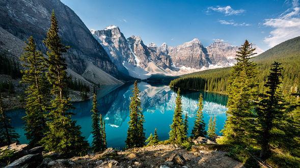 Обои Озеро в окружении гор и леса, фотограф Ron Caimano