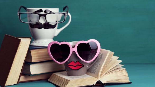 Обои Парочка чашек: мужская в очках с бровями и усами, женская- в солнцезащитных очках и с губками бантиком, книги, фон